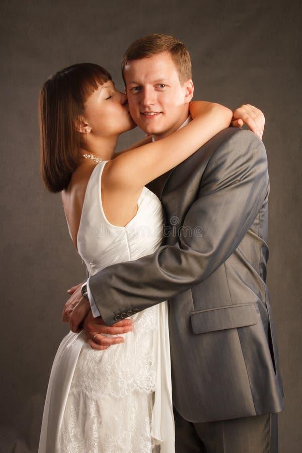La jeune mariée embrasse le marié photos libres de droits