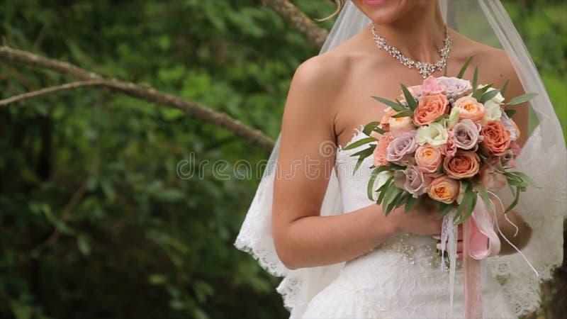 La jeune mariée est nerveuse avant le mariage Jeune mariée tenant un parfum Bouquet gentil de mariage dans la main du ` s de jeun image libre de droits