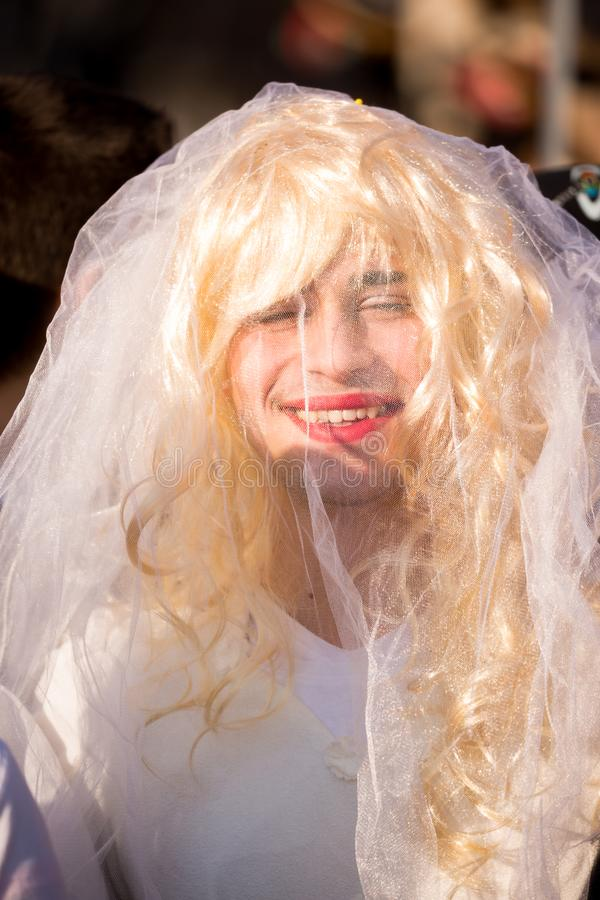 La jeune mariée heureuse rit sous le voile transparent photos stock