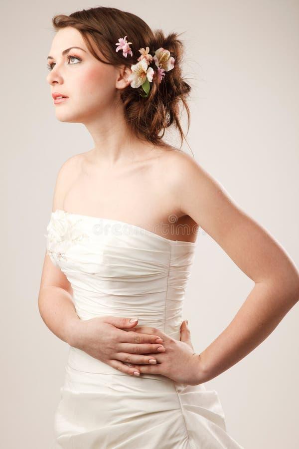 La jeune mariée regarde loin image stock