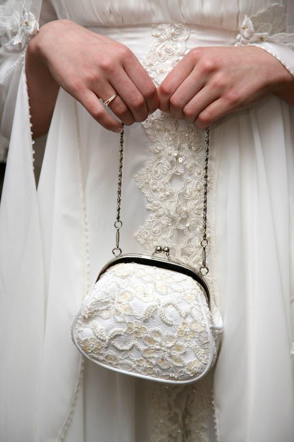 La jeune mariée tient une bourse de mariage images stock