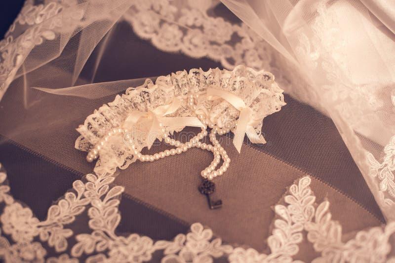 La jeune mariée utilise un bracelet en main photos stock