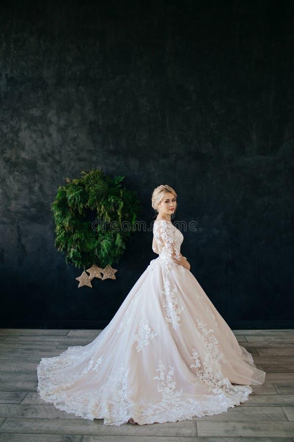 La jeune mari?e dans une robe magnifique, blanche, l'?pousant avec un long train images libres de droits