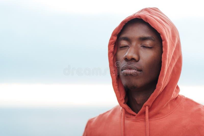 La jeune obtention africaine d'homme s'est focalisée avant d'aller pour une course images stock