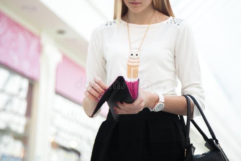 La jeune participation femelle de main a ouvert le portefeuille, plan rapproché photos stock