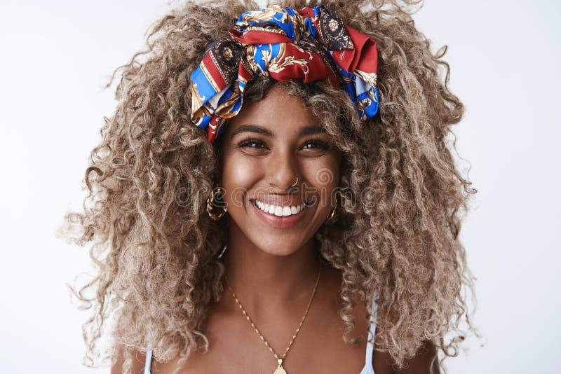 La jeune 25s femme d'afro-américain élégant magnifique en gros plan, bandeau percé de nez, sourire riant sincère font apprécier l photographie stock libre de droits