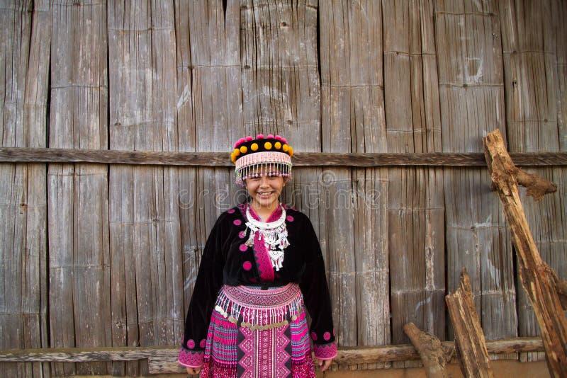 La jeune tribu de colline obtiennent lançante et souriante quand regard à l'appareil-photo photos libres de droits