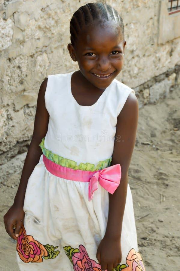 La jeunesse africaine toute sourient le long de la route image stock