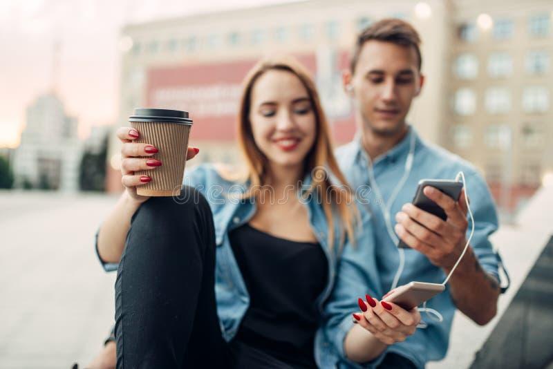 La jeunesse d'intoxiqué de téléphone ne peut pas vivre sans instruments photos stock