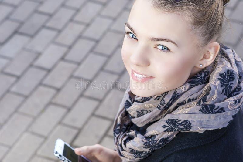 La jeunesse tend le concept : Plan rapproché du traitement caucasien adolescent de fille photo stock