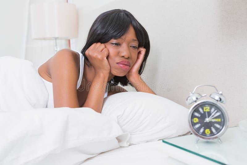 Download La Jolie Brune Se Réveillent à Morming Photo stock - Image du blanc, bedroom: 56484674