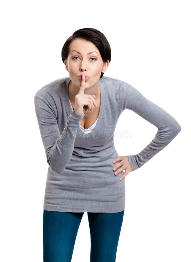 La jolie femme affiche le geste de silence avec l'index photo stock