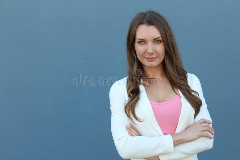 La jolie femme d'affaires avec des bras a croisé d'isolement avec l'espace de copie photographie stock