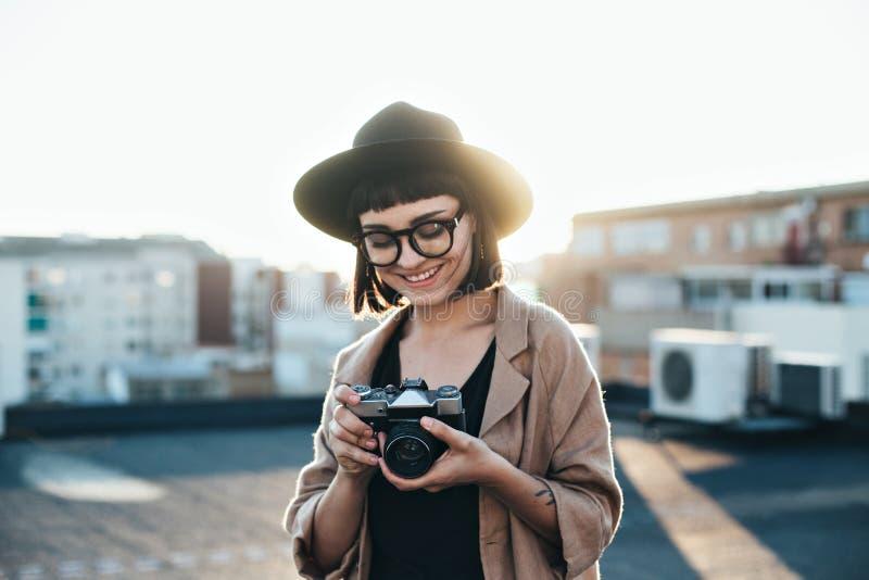 La jolie femme de hippie tient l'appareil-photo de vintage photographie stock