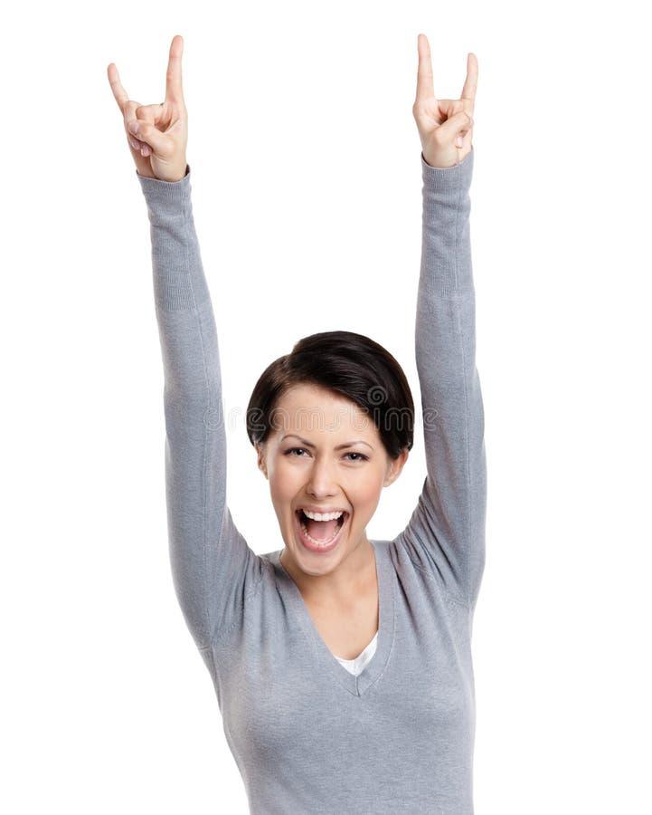 La jolie femme heureuse met ses mains vers le haut image stock