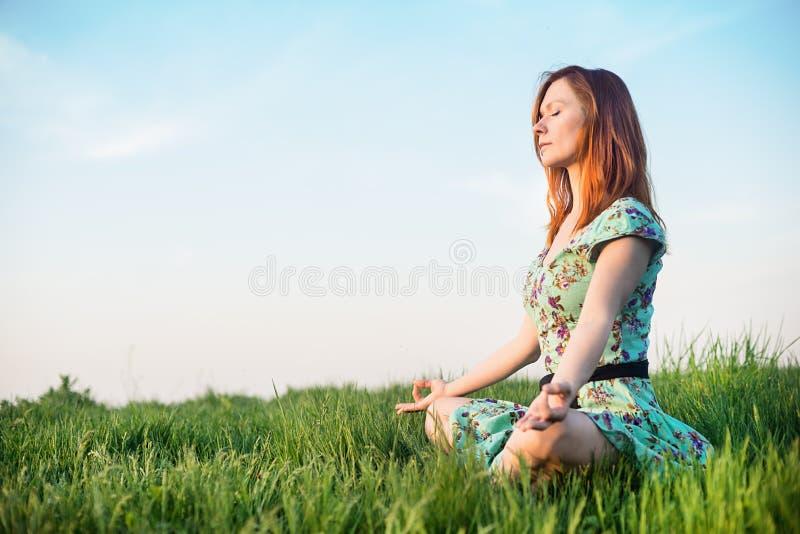 La jolie femme méditent en parc images libres de droits