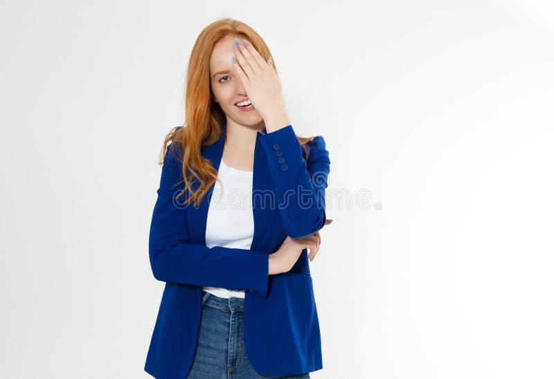 La jolie femme rouge de cheveux couvrant son visage de main, jeune fille europ?enne dans le costume bleu-fonc? cache son visage,  images libres de droits