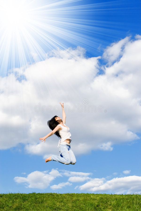 La jolie femme saute photo libre de droits