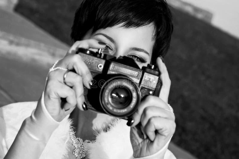 La jolie fille avec de beaux yeux font des photos en parc de ville Pékin, photo noire et blanche de la Chine image libre de droits