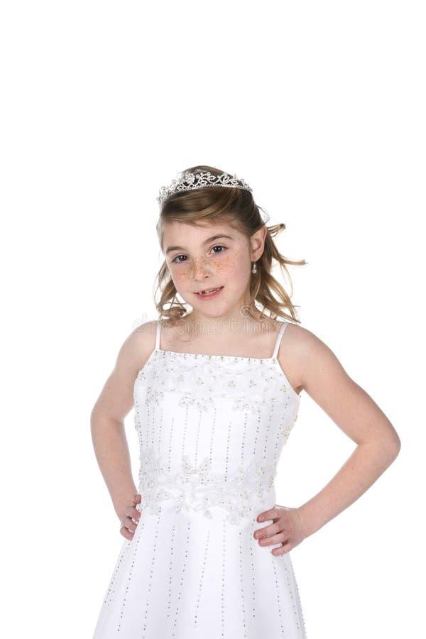 La jolie fille dans le blanc a perlé la robe et le diadème photo stock