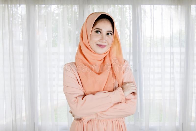 La jolie fille musulmane a plié ses mains à la maison images stock