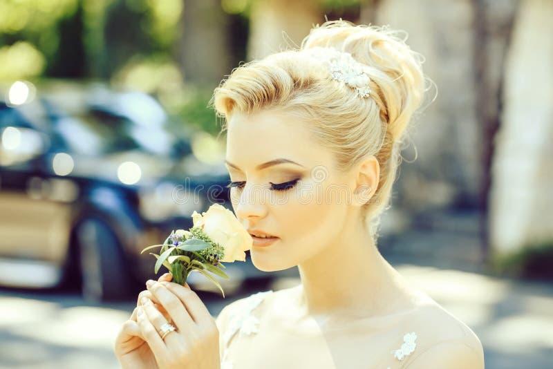 La jolie fille sent la fleur photo libre de droits