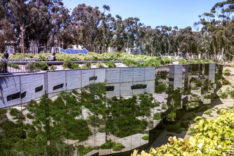 La Jolla, San Diego, Californië, de V.S. - 3 April, 2017: De weerspiegelde weg aan Geisel-Bibliotheek, de belangrijkste bibliothe stock afbeelding