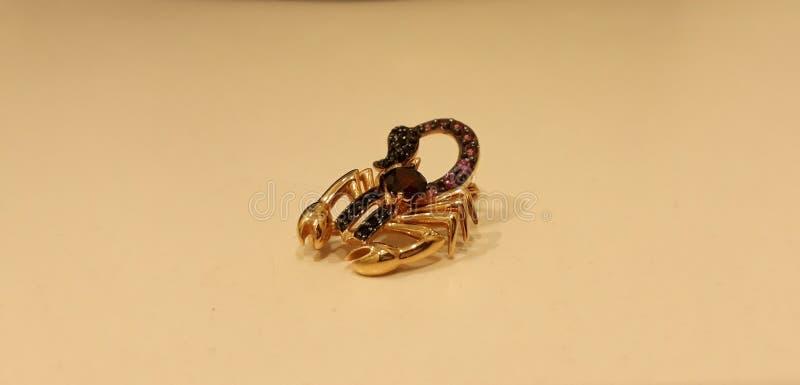 La joya del escorpión de oro foto de archivo