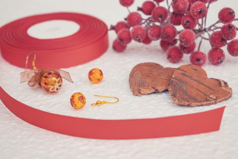 La joyería hecha a mano, DIY se cierra para arriba en rojo y marrón Designe de la joyería foto de archivo libre de regalías