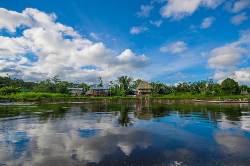 La jungle a réfléchi sur la rivière, à l'intérieur de la forêt tropicale d'Amazone du parc de Cuyabeno Natiional en Equateur photos stock