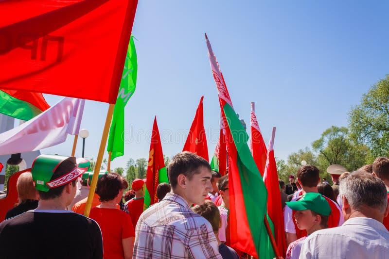 La juventud del partido patriótico BRSM sostiene banderas en el celebrati imagen de archivo libre de regalías