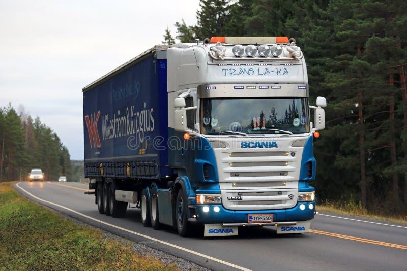 La-ka del transporte del camión de remolque de Scania R500 semi en el camino imagen de archivo libre de regalías