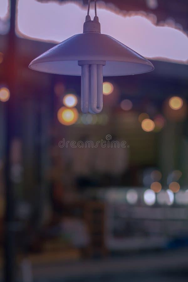 La lámpara colgante la bombilla está apagada teniendo en cuenta otro bulbo fotos de archivo libres de regalías