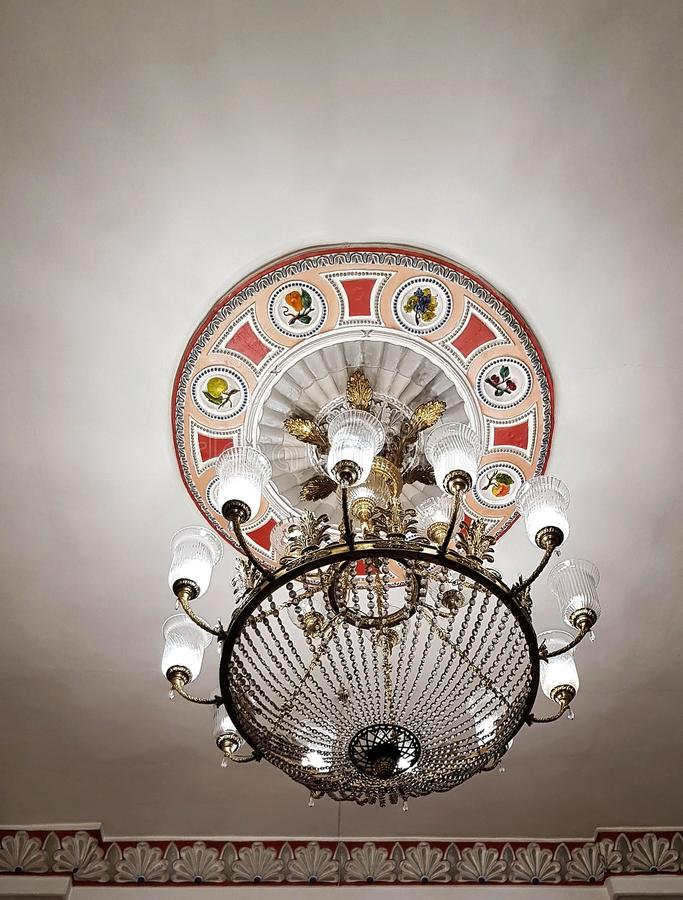 La lámpara cristalina de la obra clásica hermosa del vintage brilla imagen de archivo libre de regalías