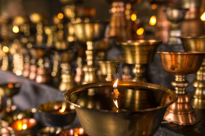 La lámpara de aceite ritual budista tibetana mira al trasluz el primer en el monasterio en Ladakh fotografía de archivo libre de regalías