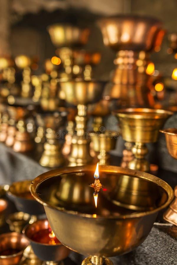 La lámpara de aceite ritual budista tibetana mira al trasluz el primer en el monasterio en Ladakh foto de archivo libre de regalías