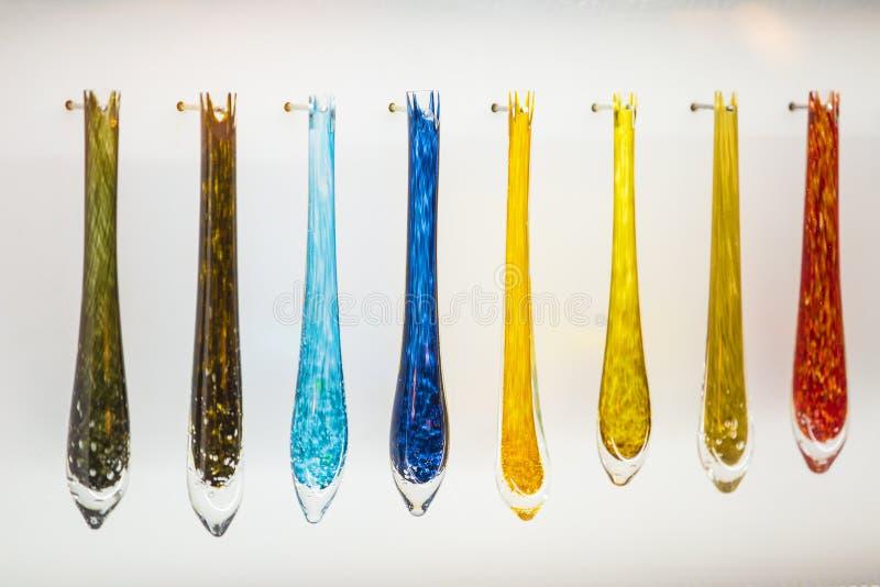 La lámpara de cristal parte, los colgantes cristalinos hechos del vidrio multicolor fotografía de archivo
