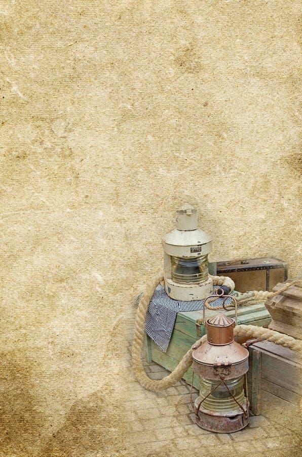 La lámpara de gas marina, cajas, cuerda en el viejo vintage texturizó el fondo de papel foto de archivo libre de regalías