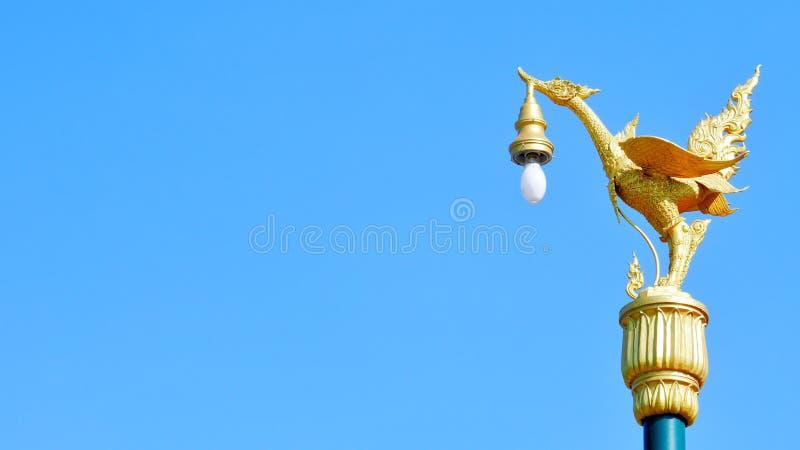 La lámpara de oro del cisne del sclupture tailandés imágenes de archivo libres de regalías