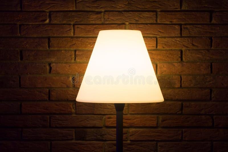 La lámpara vieja de la noche del vintage brilla la luz brillante a la pared oscura imagen de archivo