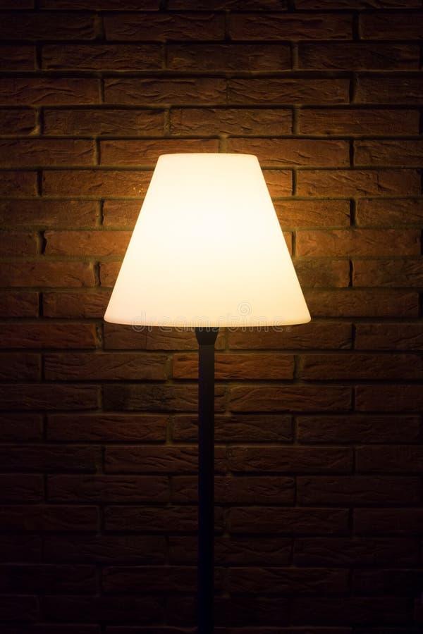 La lámpara vieja de la tarde del vintage brilla la luz brillante a la pared oscura fotografía de archivo libre de regalías