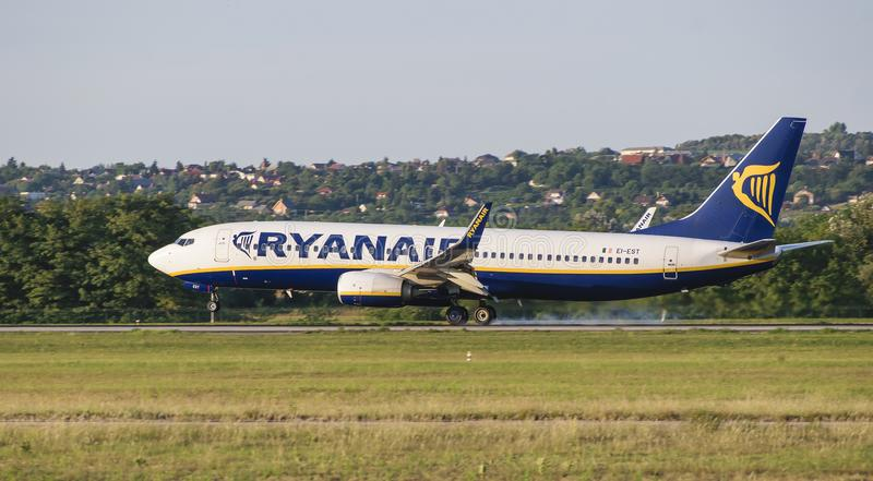 La línea aérea de Ryanair, aeroplano, Boeing 737, aterrizaje de EI-EST, aterriza, fuma, pista imagen de archivo