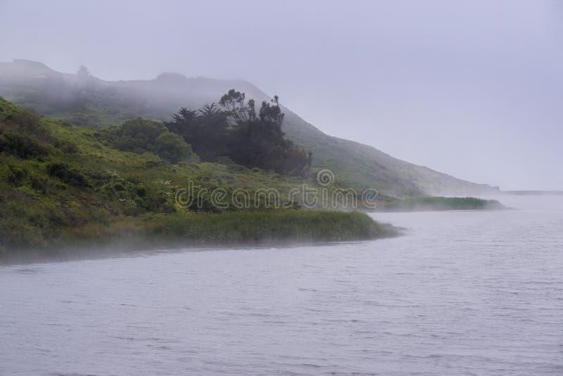 La línea de la playa de la laguna del rodeo cubierta en la niebla, Marin Headlands State Park, área de la Bahía de San Francisco, foto de archivo