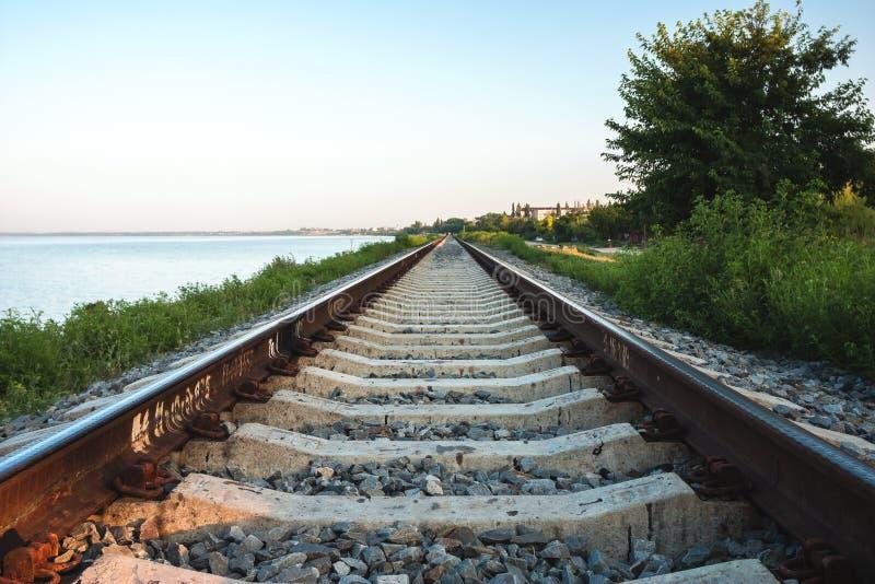La línea ferroviaria a lo largo de la costa del estuario del Yeisk imagen de archivo libre de regalías