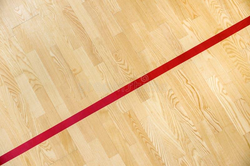 La línea roja en el piso del gimnasio para asigna la corte de los deportes Bádminton, Futsal, voleibol y cancha de básquet fotos de archivo