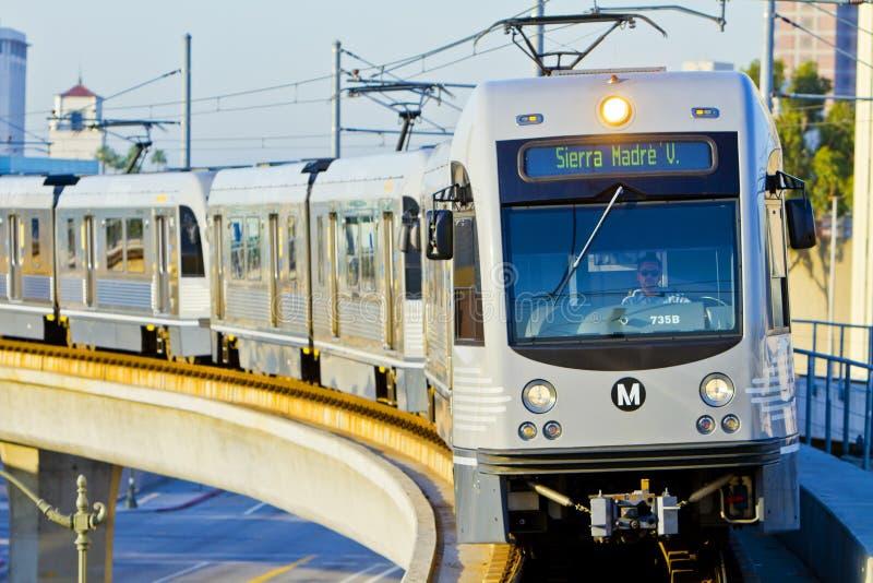 La línea tren del oro del metro sale estación de la unión imagenes de archivo