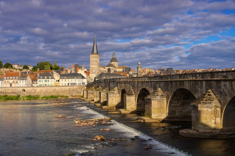 La la Charite-sur-Loire en Bourgogne, ville et rivière la Loire photo libre de droits