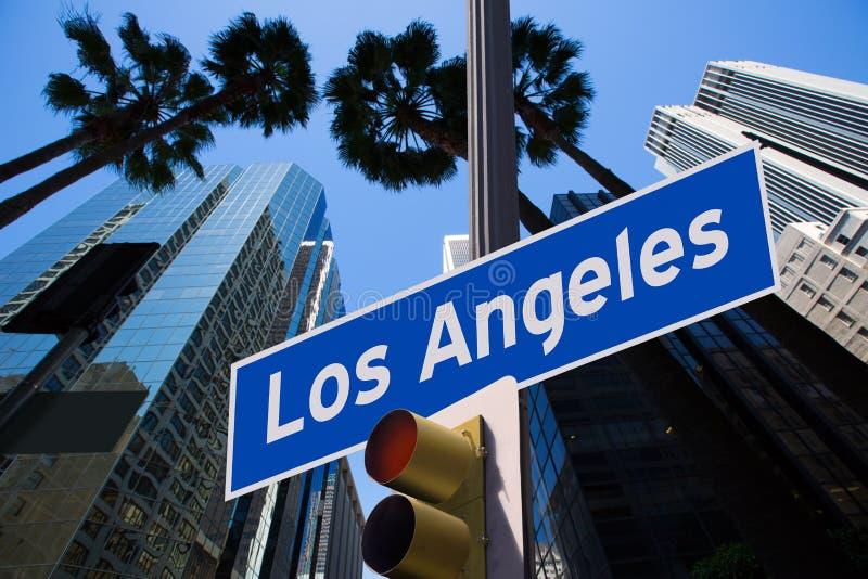La LA Los Angeles firma dentro il supporto a luci rosse della foto sopra in città fotografia stock libera da diritti