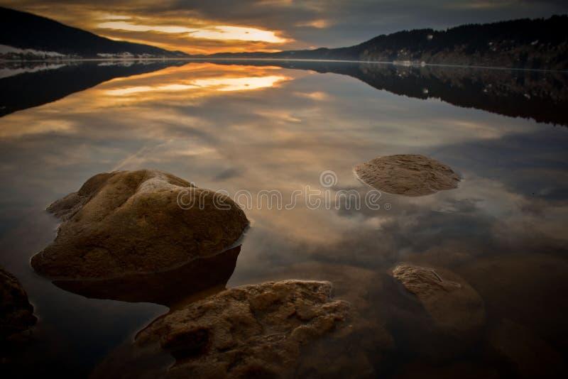 La laca de Jouxl en Suiza en la puesta del sol foto de archivo libre de regalías