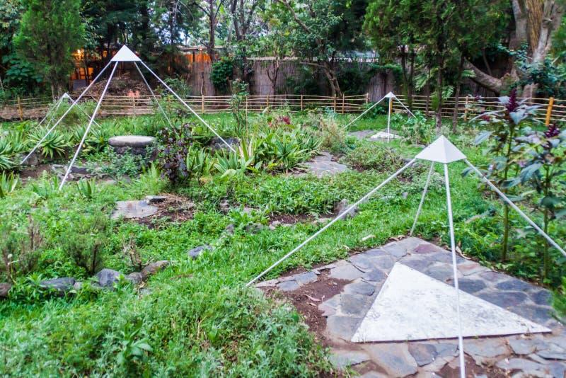 LA LAGUNA DE SAN MARCOS, GUATEMALA - 24 DE MARÇO DE 2016: Jardim do centro Las Piramides del Ka da meditação em San Marcos La foto de stock